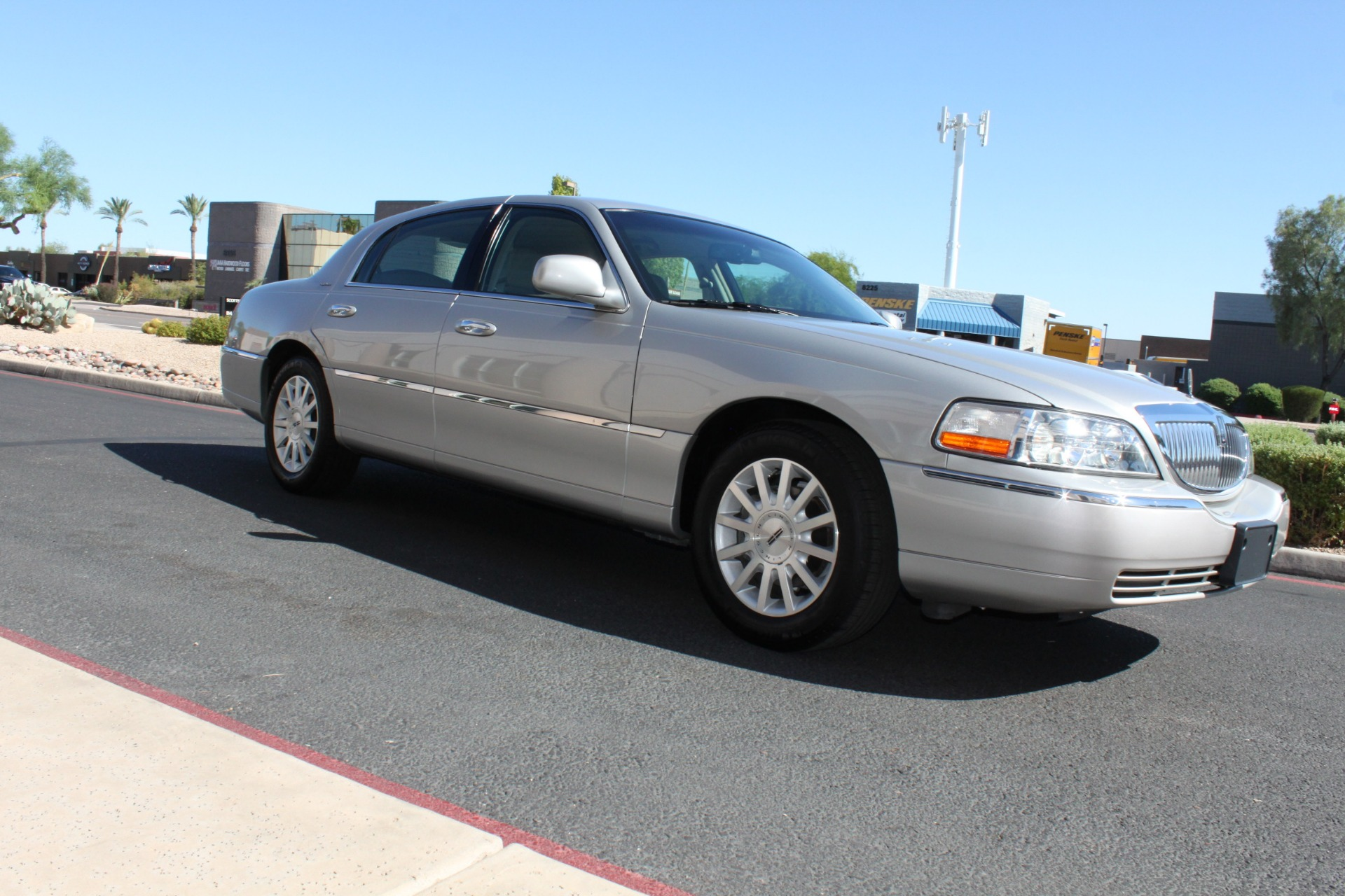 Used-2006-Lincoln-Town-Car-Signature-Fiat