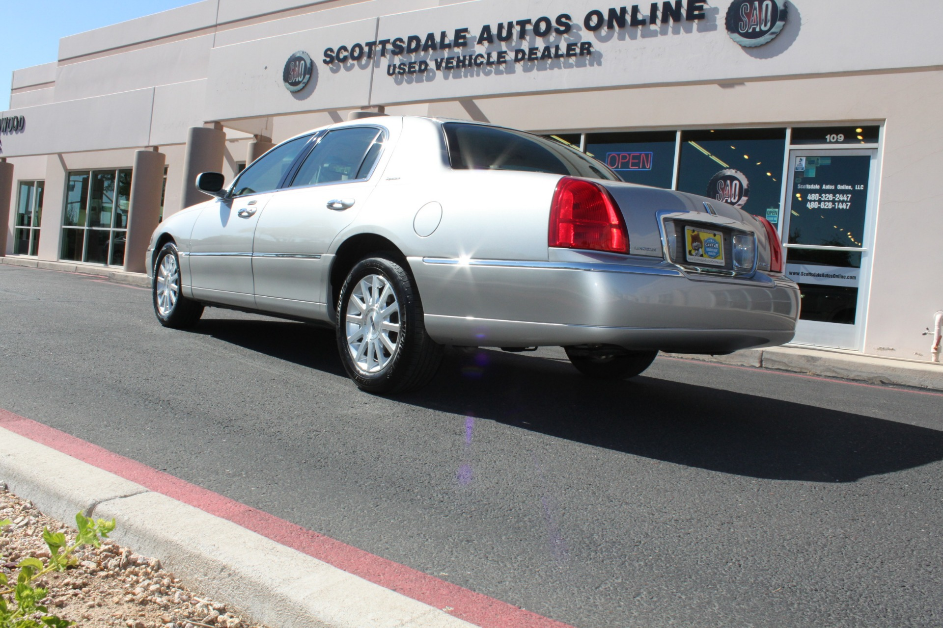 Used-2006-Lincoln-Town-Car-Signature-LS400