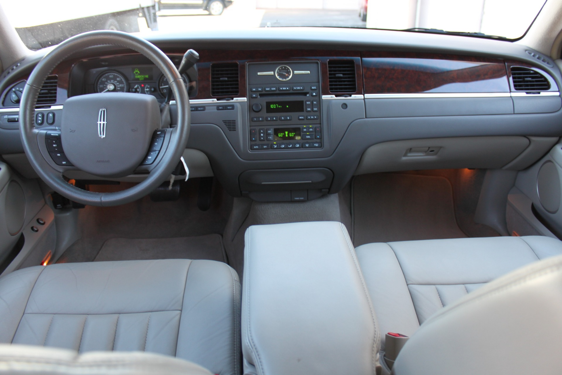 Used-2006-Lincoln-Town-Car-Signature-vintage