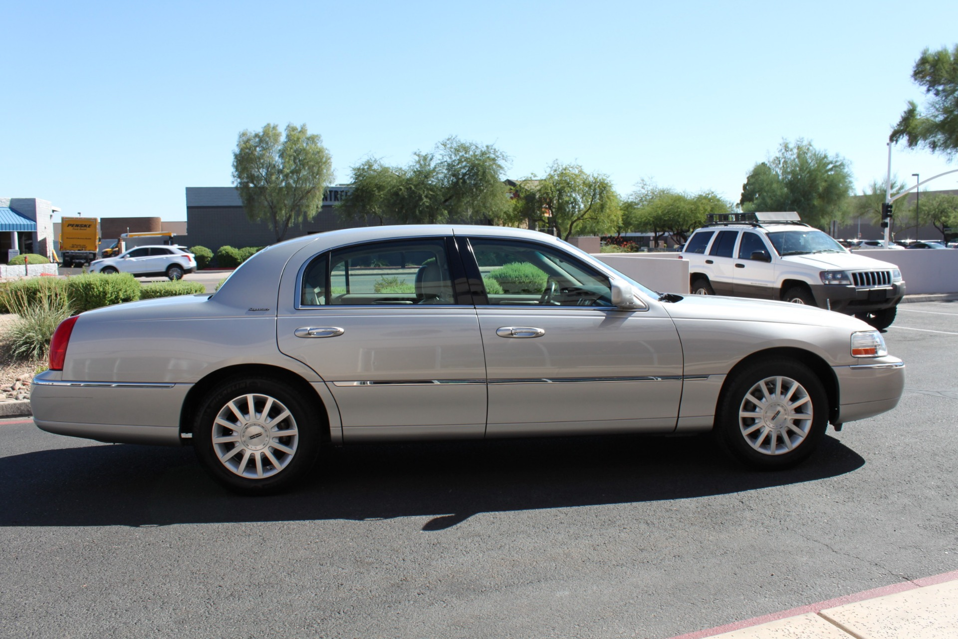 Used-2006-Lincoln-Town-Car-Signature-Chrysler