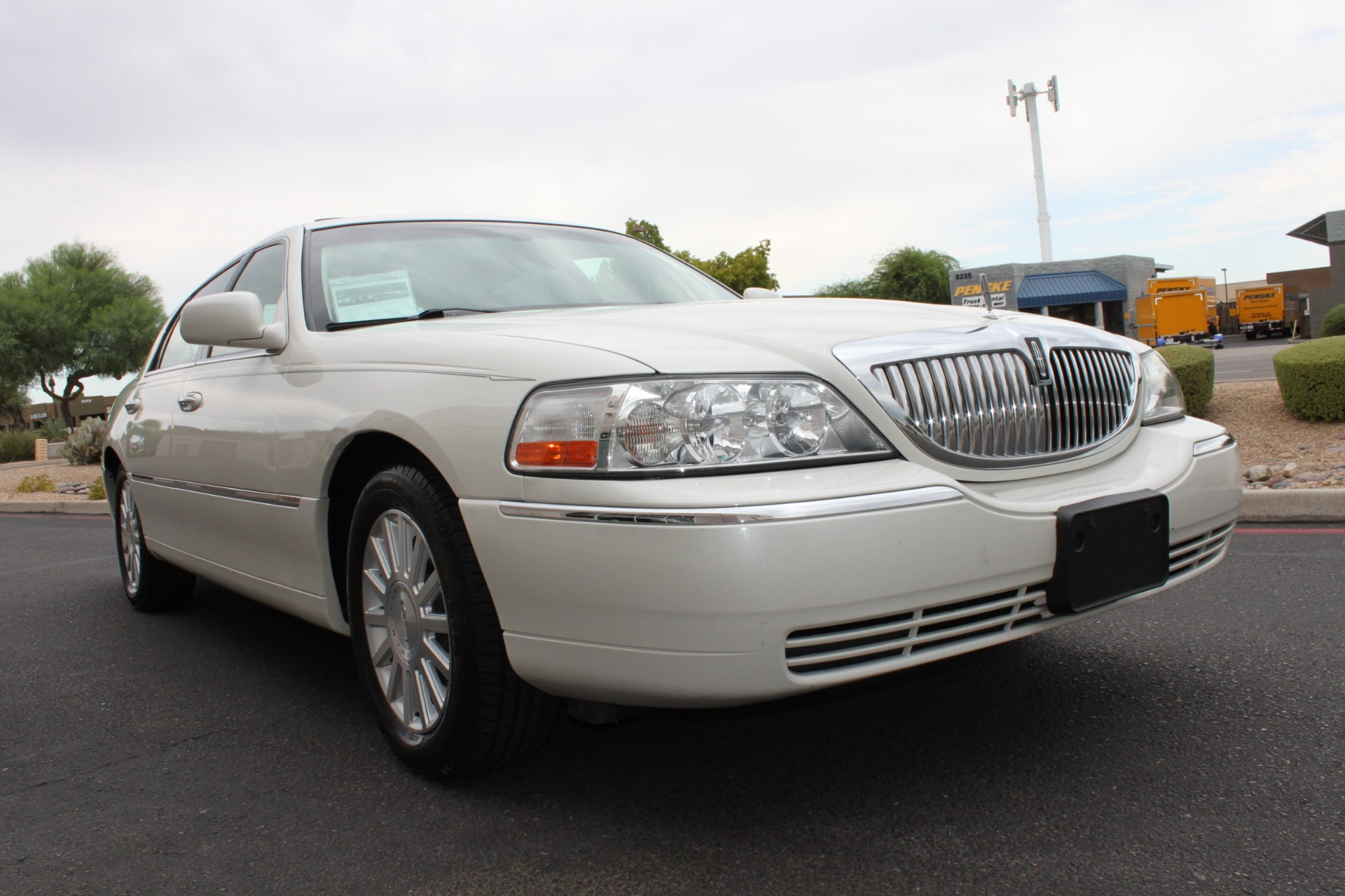 Used-2004-Lincoln-Town-Car-Ultimate-Grand-Cherokee
