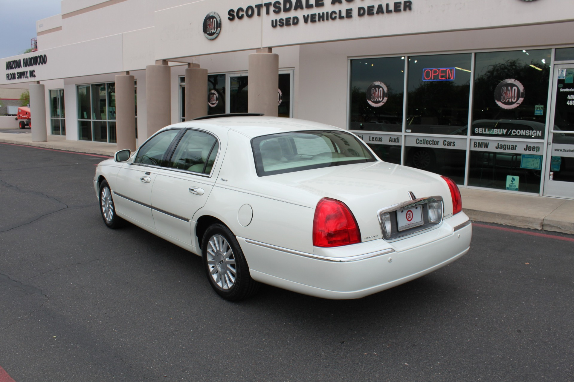 Used-2004-Lincoln-Town-Car-Ultimate-LS400