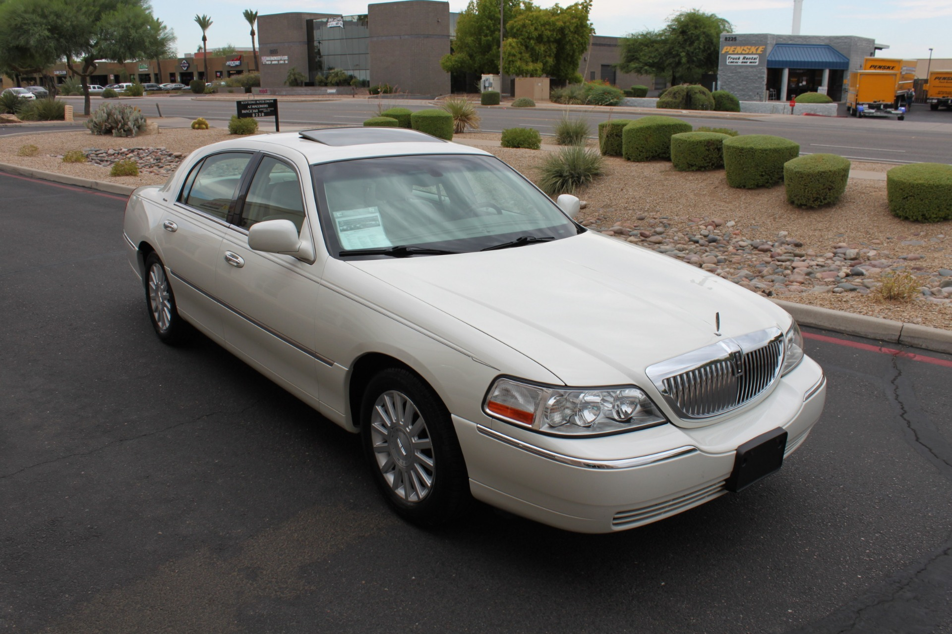 Used-2004-Lincoln-Town-Car-Ultimate-Mini