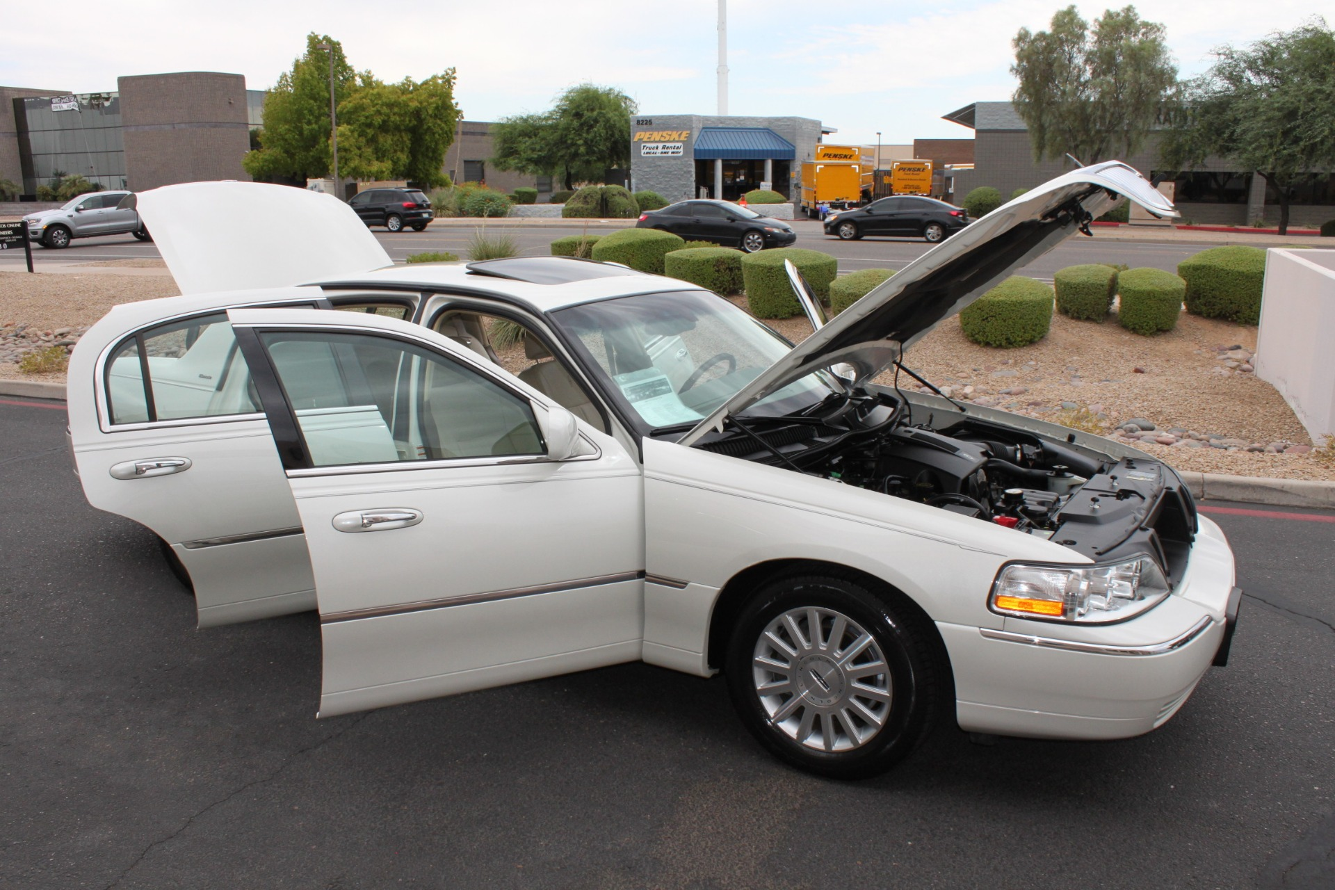 Used-2004-Lincoln-Town-Car-Ultimate-XJ