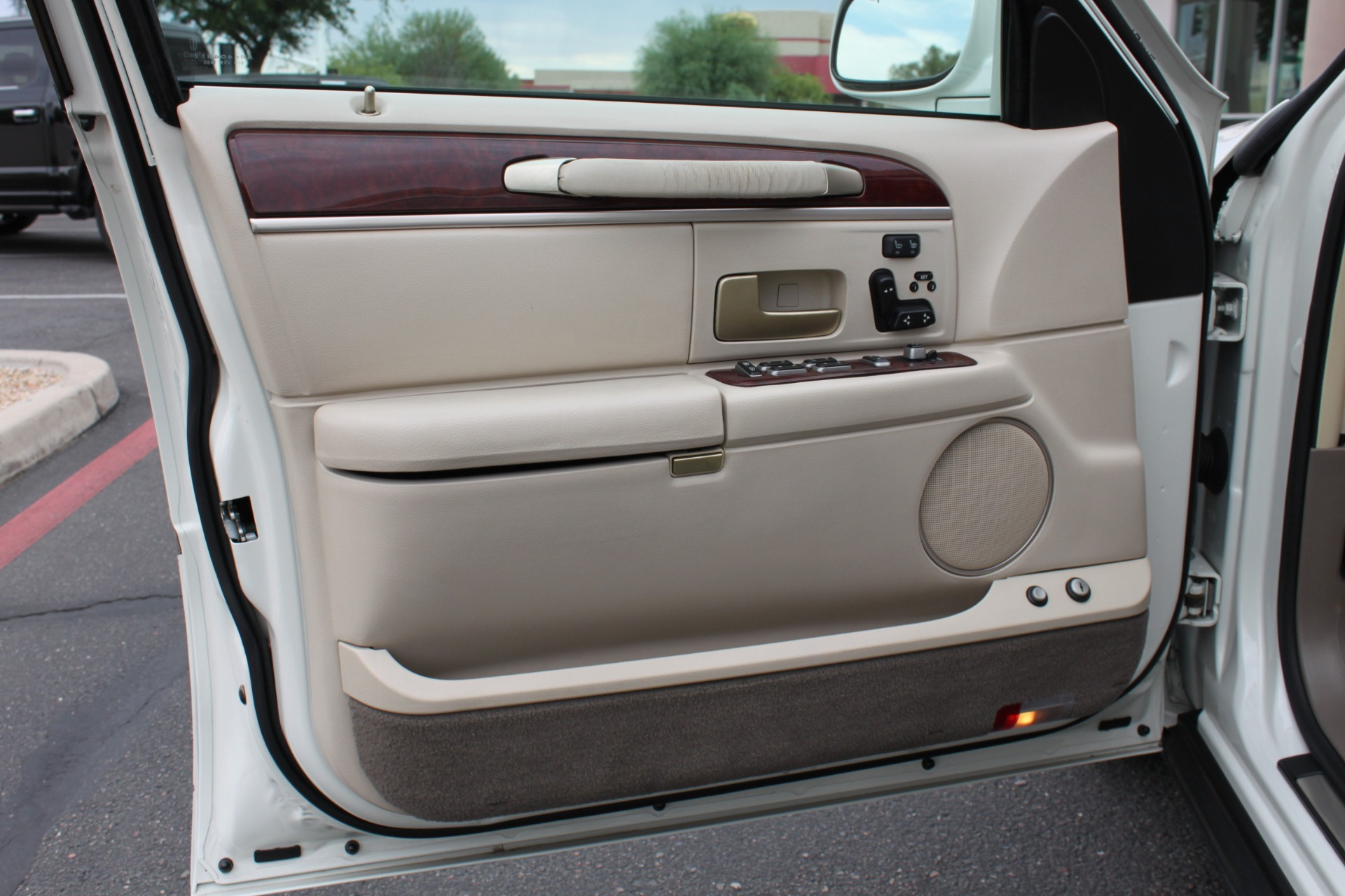 Used-2004-Lincoln-Town-Car-Ultimate-Wagoneer