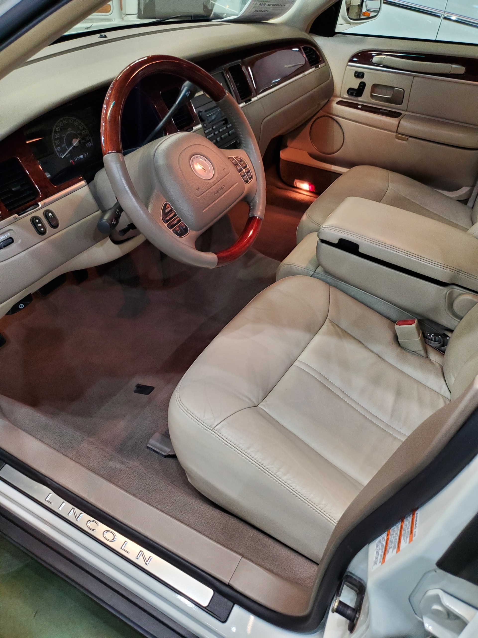 Used-2004-Lincoln-Town-Car-Ultimate-Classic