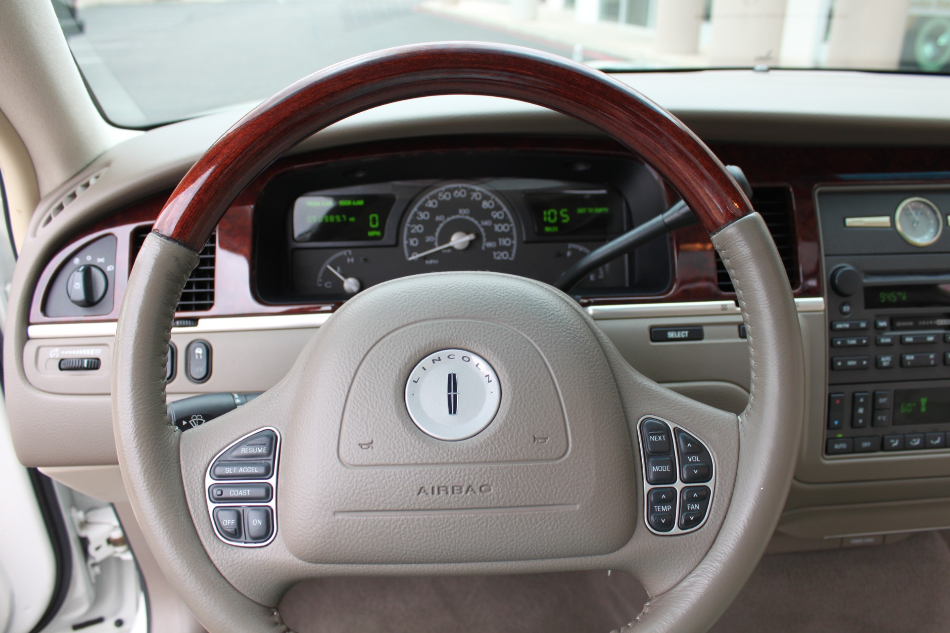 Used-2004-Lincoln-Town-Car-Ultimate-vintage