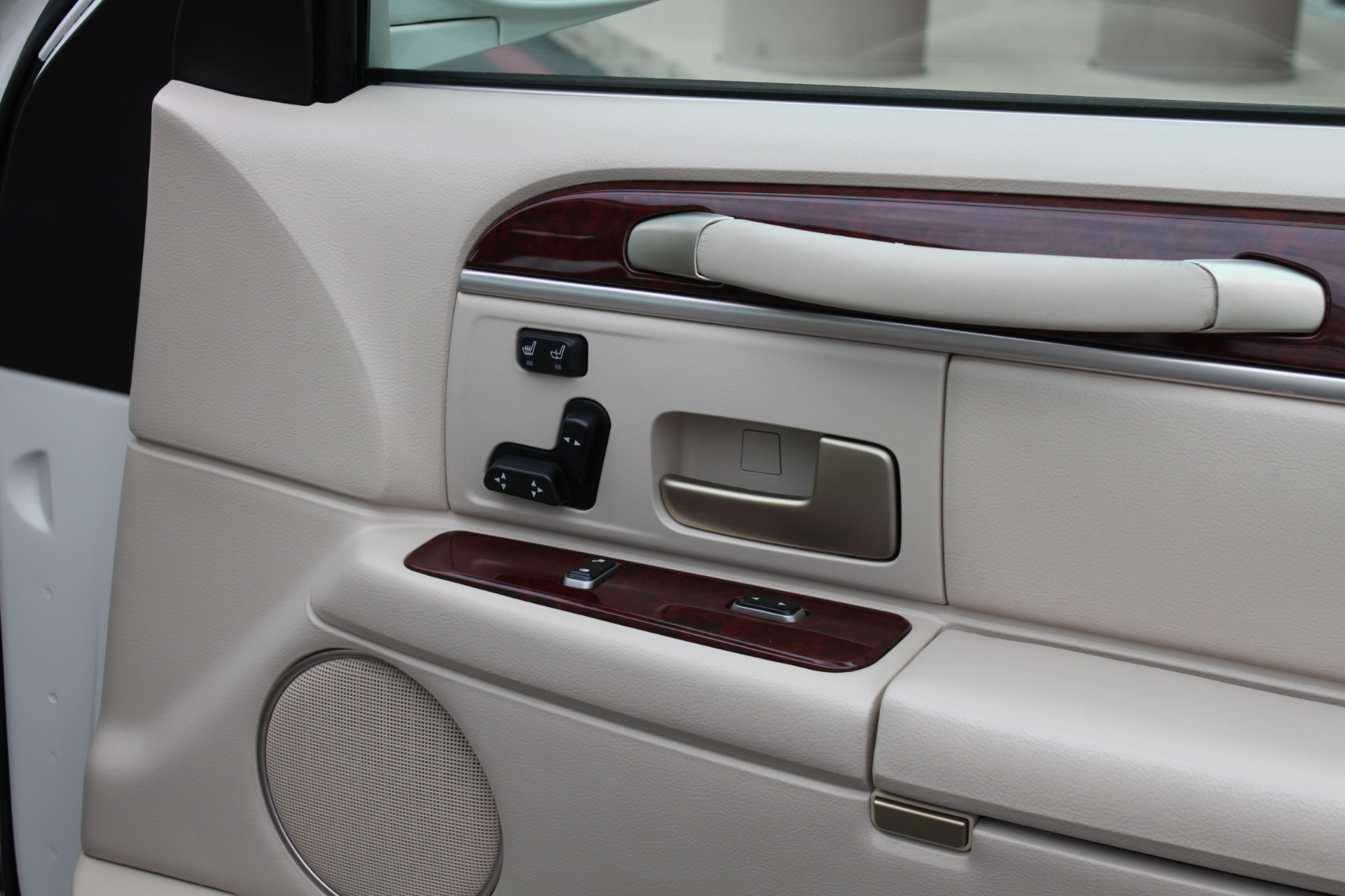 Used-2004-Lincoln-Town-Car-Ultimate-Camaro