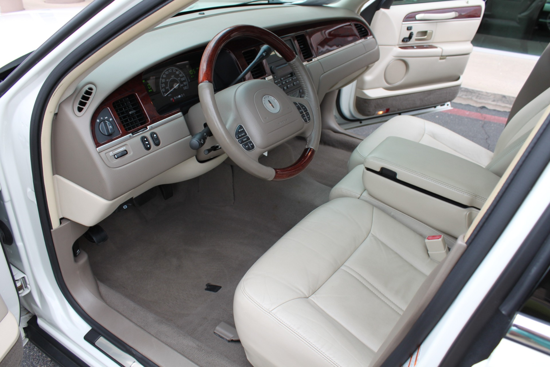 Used-2004-Lincoln-Town-Car-Ultimate-Collector