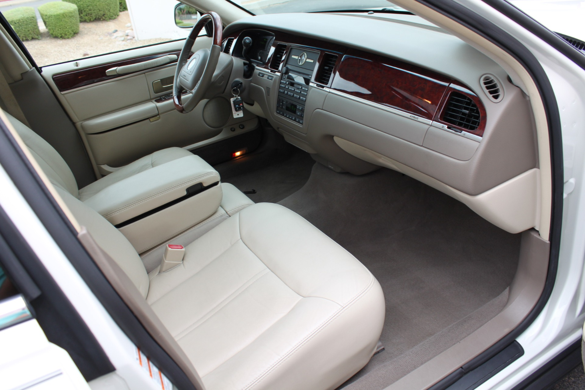Used-2004-Lincoln-Town-Car-Ultimate-BMW