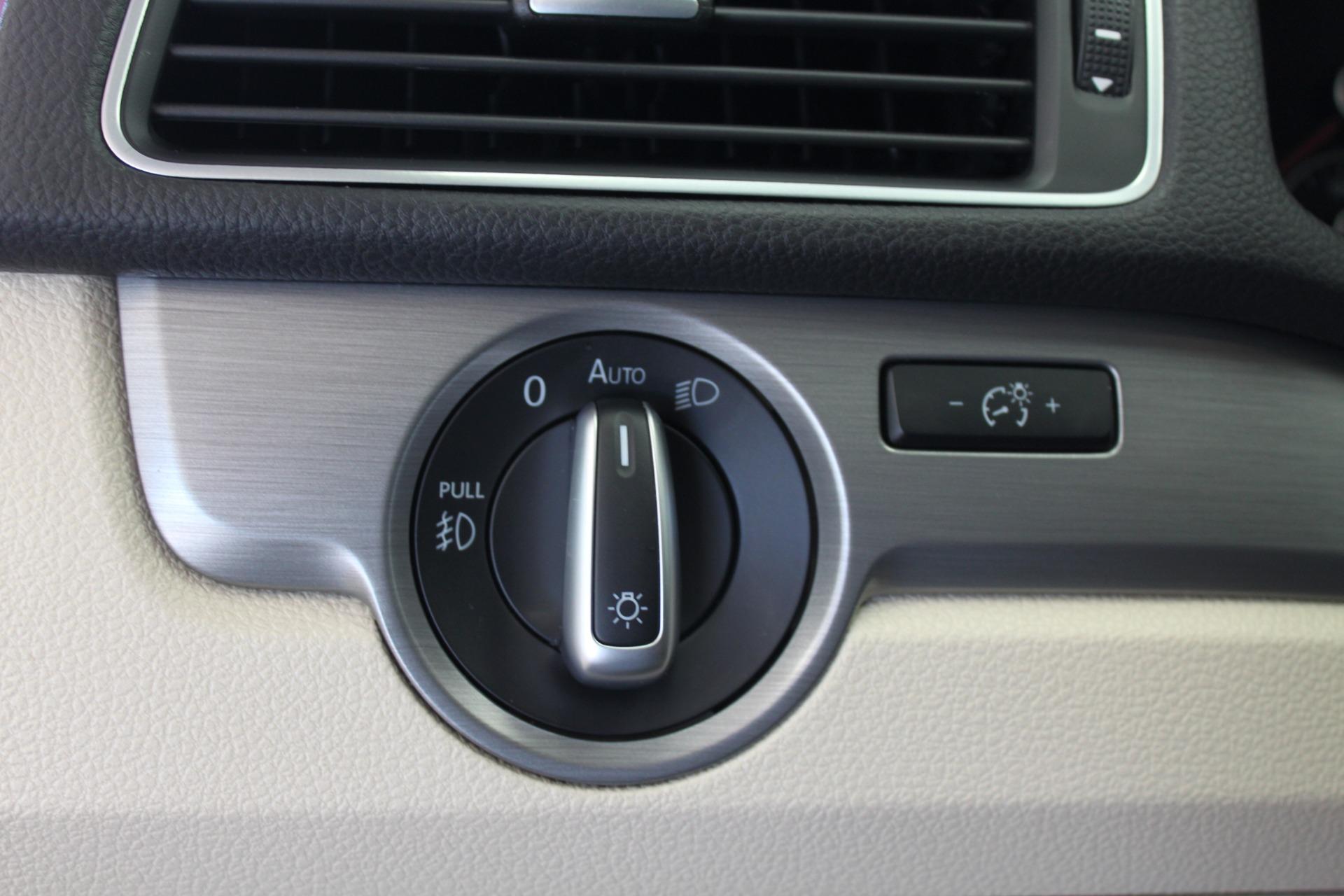 Used-2015-Volkswagen-Passat-18T-SE-w/Sunroof---Nav-Tesla