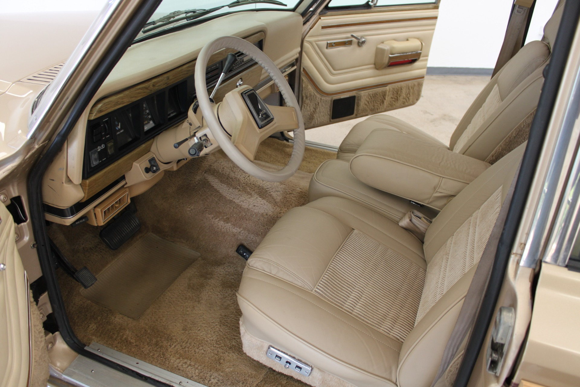 Used-1990-Jeep-Grand-Wagoneer-Collector